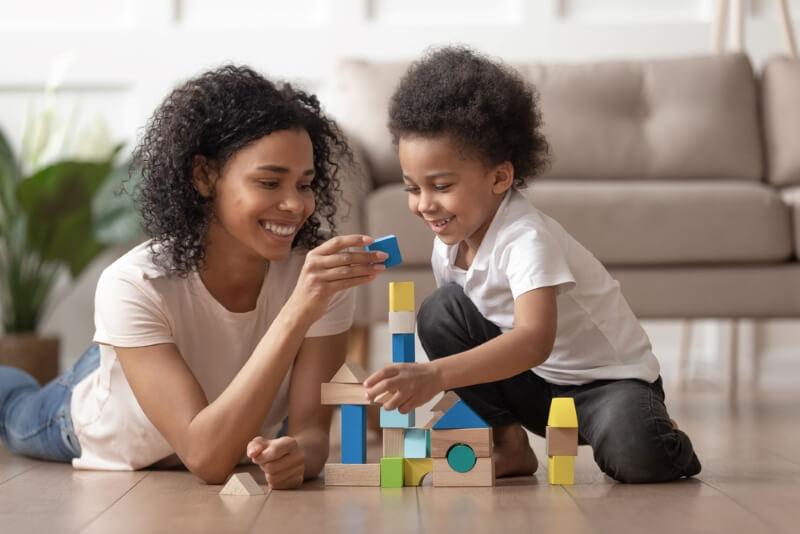 mère et son enfant jouent