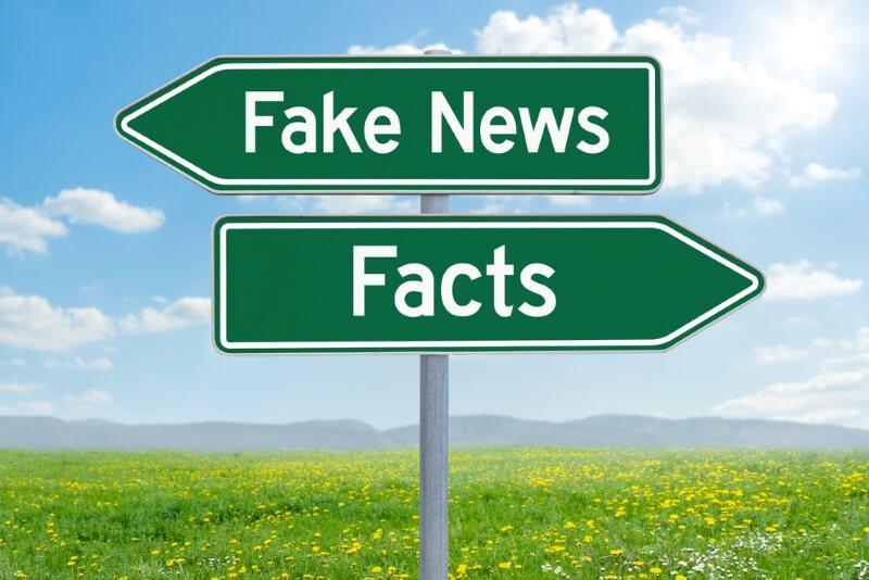 panneaux directions fake news et facts